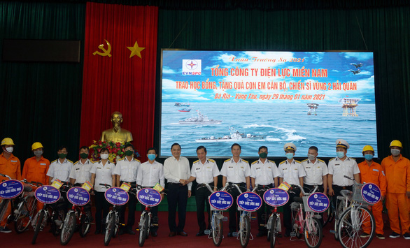 Điện lực Miền Nam trao quà xuân cho con em chiến sĩ Vùng 2 Hải quân - Ảnh 2.