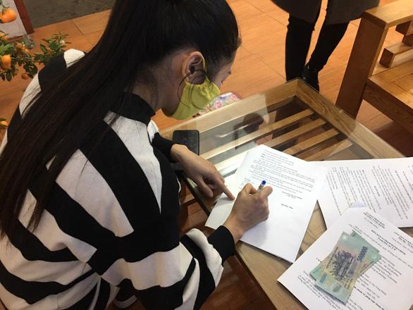 Quảng Ninh phạt 2 triệu đồng với một phụ nữ không đeo khẩu trang tại chợ - Ảnh 1.