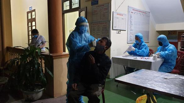 Quảng Ninh lấy mẫu, truy vết dập dịch COVID-19 xuyên đêm - Ảnh 2.