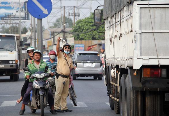 Từ 16h chiều 3-1, cửa ngõ miền Tây của Sài Gòn đông dần, trái cây, gà qué đu xe - Ảnh 5.