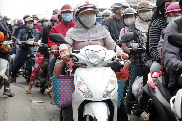 Từ 16h chiều 3-1, cửa ngõ miền Tây của Sài Gòn đông dần, trái cây, gà qué đu xe - Ảnh 9.