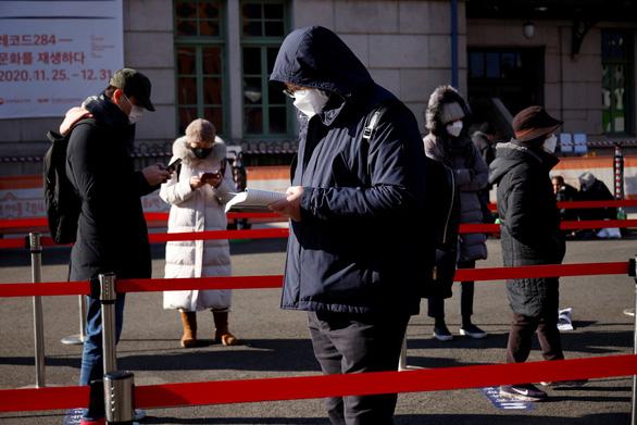 Vừa tuyên bố khống chế được dịch, Hàn Quốc lại có hơn 1.000 ca mắc COVID-19 - Ảnh 1.