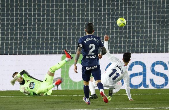 Chiến thắng đầu tiên trong năm mới, Real Madrid tạm vươn lên đầu bảng - Ảnh 3.