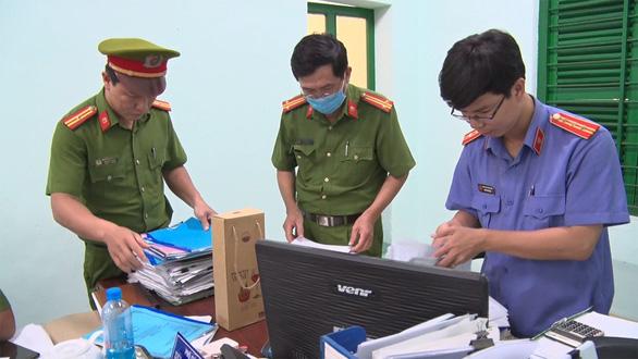 Tạm đình chỉ vụ án và 21 bị can vụ sai phạm đất đai tại thị xã Đông Hòa - Ảnh 1.