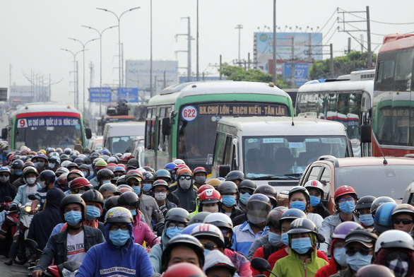 Từ 16h chiều 3-1, cửa ngõ miền Tây của Sài Gòn đông dần, trái cây, gà qué đu xe - Ảnh 8.