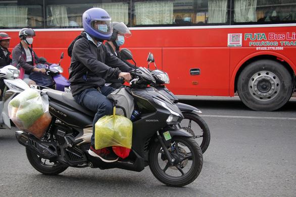 Từ 16h chiều 3-1, cửa ngõ miền Tây của Sài Gòn đông dần, trái cây, gà qué đu xe - Ảnh 7.