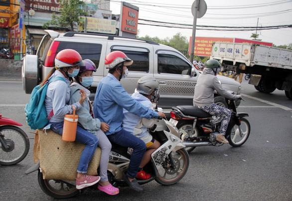 Từ 16h chiều 3-1, cửa ngõ miền Tây của Sài Gòn đông dần, trái cây, gà qué đu xe - Ảnh 4.