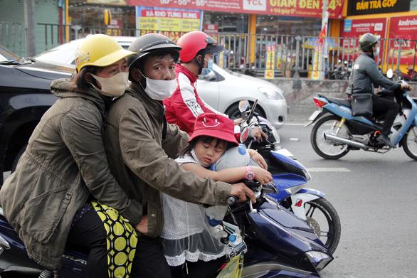 Từ 16h chiều 3-1, cửa ngõ miền Tây của Sài Gòn đông dần, trái cây, gà qué đu xe - Ảnh 3.