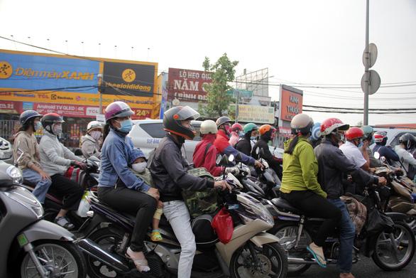 Từ 16h chiều 3-1, cửa ngõ miền Tây của Sài Gòn đông dần, trái cây, gà qué đu xe - Ảnh 2.