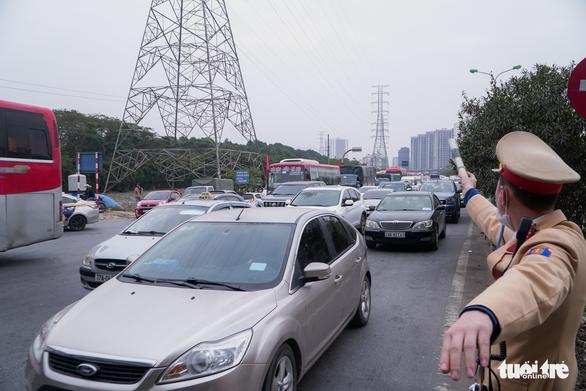 Xe cộ ở các cửa ngõ Hà Nội đều đứng hình, có nơi kéo dài 8 cây số - Ảnh 3.
