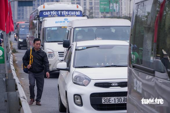 Xe cộ ở các cửa ngõ Hà Nội đều đứng hình, có nơi kéo dài 8 cây số - Ảnh 4.