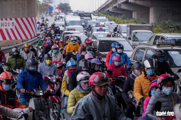 Xe cộ ở các cửa ngõ Hà Nội đều đứng hình, có nơi kéo dài 8 cây số - Ảnh 2.