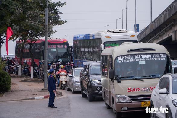 Xe cộ ở các cửa ngõ Hà Nội đều đứng hình, có nơi kéo dài 8 cây số - Ảnh 5.