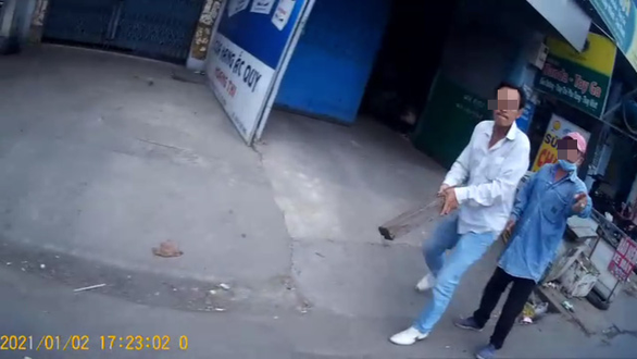 Đón khách đặt xe trên app, tài xế Gojek bị đánh bằng củi tạ ở ngã tư An Sương - Ảnh 1.