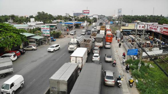 Đường miền Tây về Sài Gòn đã chật, xe đò, xe buýt còn đua nhau bít làn xe máy - Ảnh 3.
