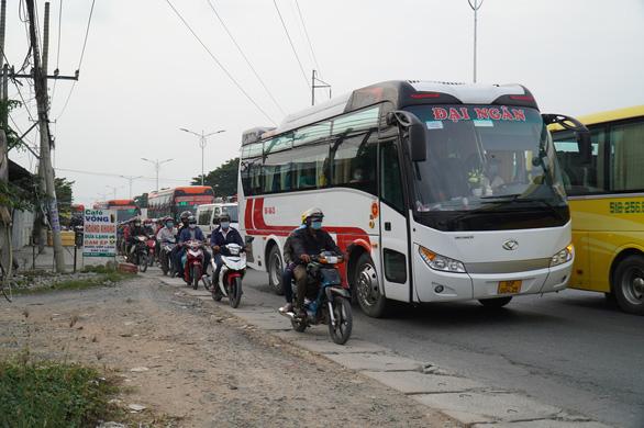Đường miền Tây về Sài Gòn đã chật, xe đò, xe buýt còn đua nhau bít làn xe máy - Ảnh 4.