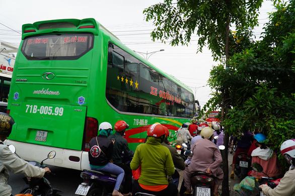 Đường miền Tây về Sài Gòn đã chật, xe đò, xe buýt còn đua nhau bít làn xe máy - Ảnh 1.