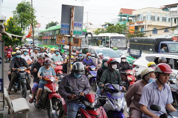 Đường miền Tây về Sài Gòn đã chật, xe đò, xe buýt còn đua nhau bít làn xe máy - Ảnh 5.
