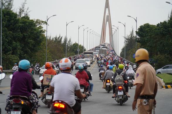 Đường miền Tây về Sài Gòn đã chật, xe đò, xe buýt còn đua nhau bít làn xe máy - Ảnh 6.