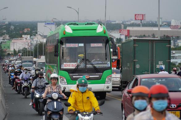 Đường miền Tây về Sài Gòn đã chật, xe đò, xe buýt còn đua nhau bít làn xe máy - Ảnh 7.