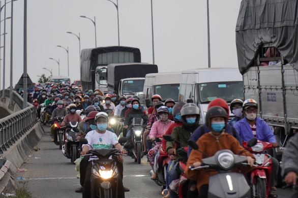 Đường miền Tây về Sài Gòn đã chật, xe đò, xe buýt còn đua nhau bít làn xe máy - Ảnh 8.