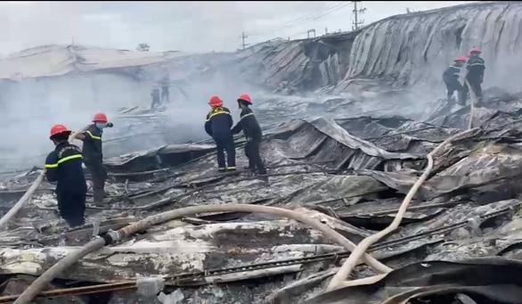 Cháy rụi xưởng may ở Bình Định, toàn bộ nhà xưởng đổ sập - Ảnh 1.