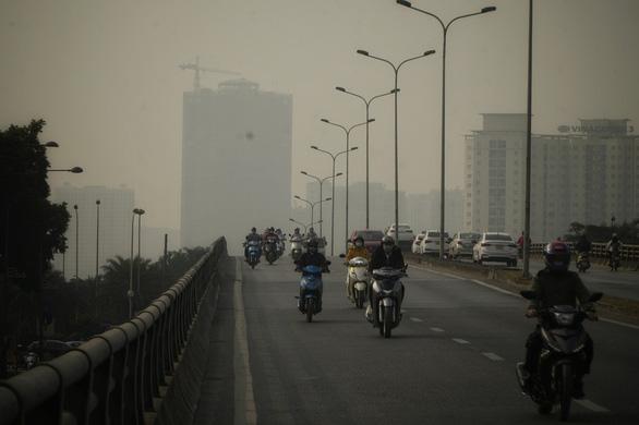 Sương mù dày, không khí tại Hà Nội lại ô nhiễm - Ảnh 1.