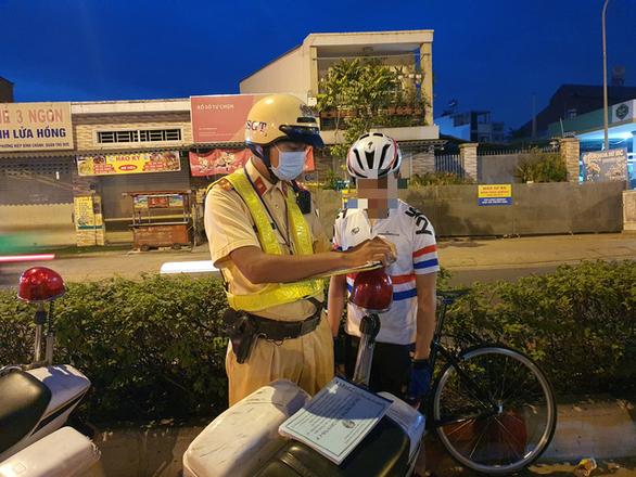 Rạng sáng 30-1, vác xe đạp chạy khi bị CSGT kiểm tra đi làn ôtô trên đại lộ Phạm Văn Đồng - Ảnh 5.