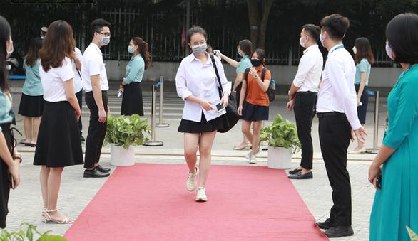 TP.HCM vẫn tổ chức các hoạt động tết theo 5K, Hà Nội xử nghiêm người không đeo khẩu trang - Ảnh 3.