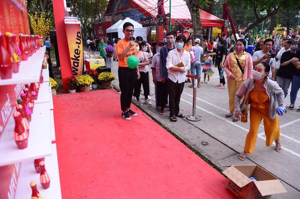 TP.HCM vẫn tổ chức các hoạt động tết theo 5K, Hà Nội xử nghiêm người không đeo khẩu trang - Ảnh 2.