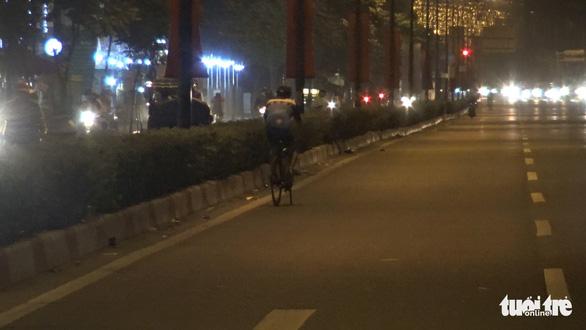 Rạng sáng 30-1, vác xe đạp chạy khi bị CSGT kiểm tra đi làn ôtô trên đại lộ Phạm Văn Đồng - Ảnh 3.