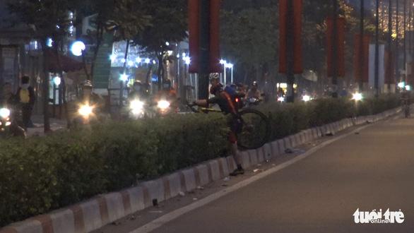 Rạng sáng 30-1, vác xe đạp chạy khi bị CSGT kiểm tra đi làn ôtô trên đại lộ Phạm Văn Đồng - Ảnh 4.