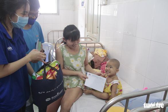 Mang xuân đến trẻ em ở bệnh viện: Con muốn mang quà này về tặng chị - Ảnh 5.