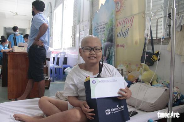 Mang xuân đến trẻ em ở bệnh viện: Con muốn mang quà này về tặng chị - Ảnh 6.