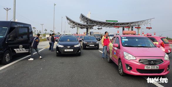 Cho phép 5 xe đưa người Quảng Ninh từ cầu Bạch Đằng về Hạ Long - Ảnh 2.