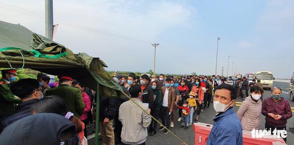 Cho phép 5 xe đưa người Quảng Ninh từ cầu Bạch Đằng về Hạ Long - Ảnh 1.