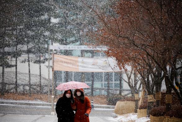 Hàn Quốc duy trì giãn cách xã hội, người dân mất tết - Ảnh 1.