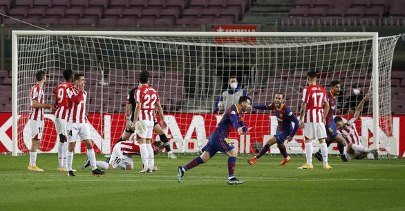Messi sút phạt thần sầu giúp Barca vượt mặt Real Madrid - Ảnh 1.