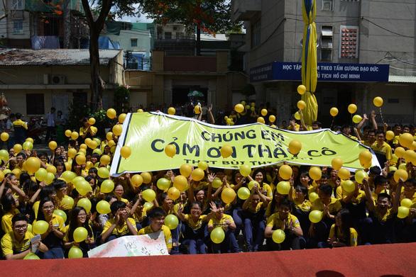 TP.HCM: phụ huynh bay chuyến VN213, gần 100 học sinh, giáo viên THPT Bùi Thị Xuân nghỉ học - Ảnh 1.