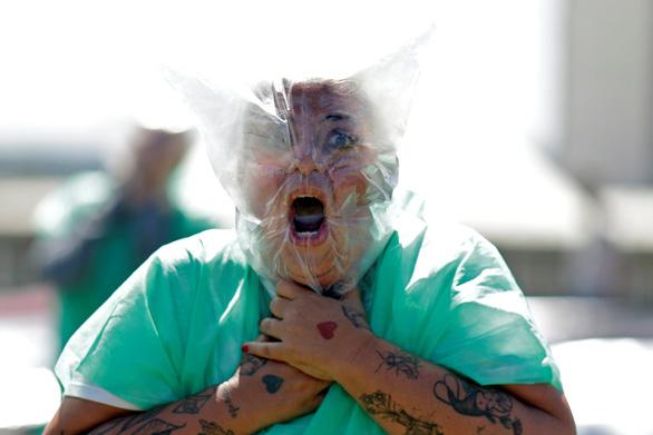 Biểu tình kiểu kinh dị xác sống ở Brazil - Ảnh 1.