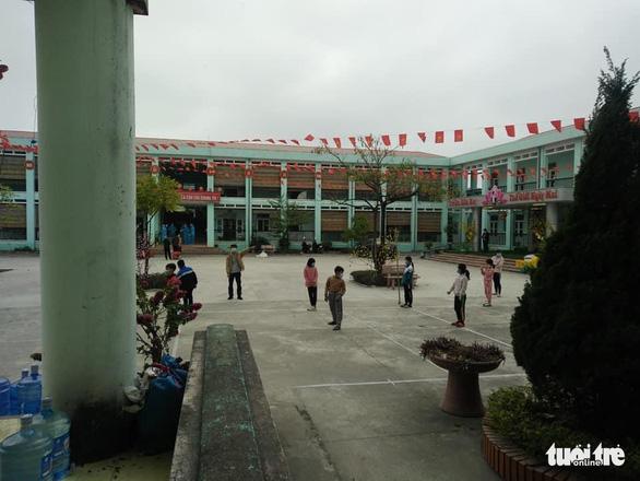 Ngày đầu tiên của hơn 40 cô trò lớp 4 trong khu cách ly - Ảnh 2.