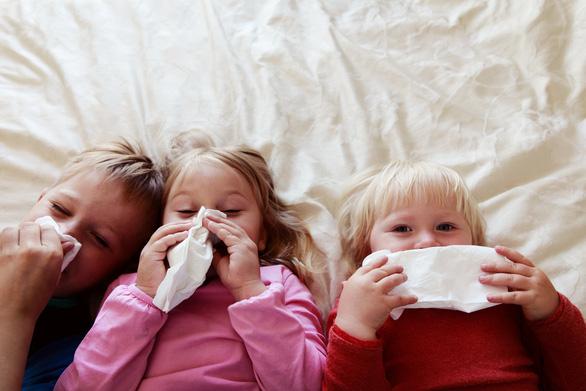 Trẻ em mắc COVID-19 dễ lây hơn người lớn - Ảnh 1.