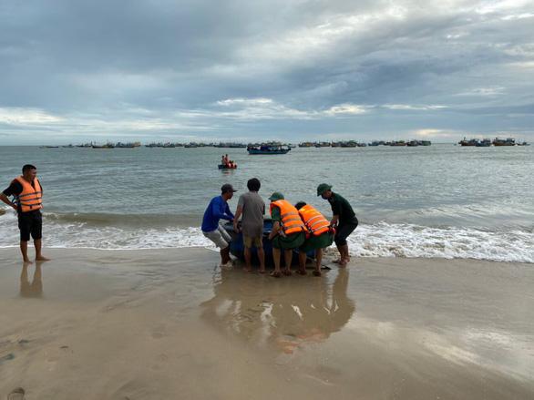 Đã tìm thấy 1 thi thể du khách bị sóng cuốn ở biển Kê Gà - Ảnh 1.