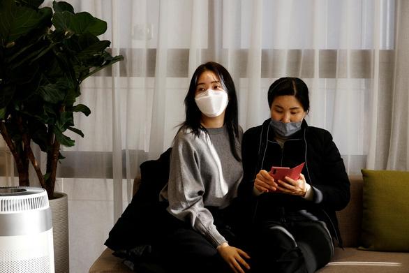 Dân Hàn tận dụng thời đại khẩu trang để đi phẫu thuật thẩm mỹ - Ảnh 2.