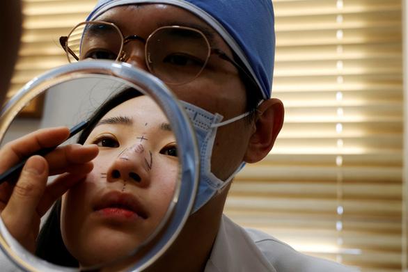 Dân Hàn tận dụng thời đại khẩu trang để đi phẫu thuật thẩm mỹ - Ảnh 1.