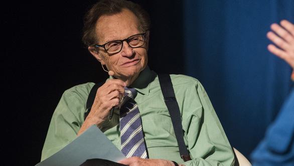 Sống sót sau nhiều bạo bệnh, vua truyền hình Larry King liệu có vượt qua COVID-19? - Ảnh 1.