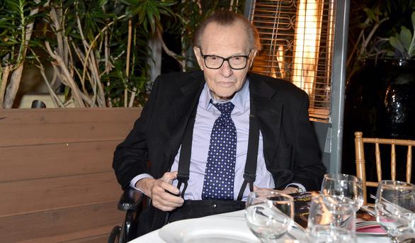 Sống sót sau nhiều bạo bệnh, vua truyền hình Larry King liệu có vượt qua COVID-19? - Ảnh 4.