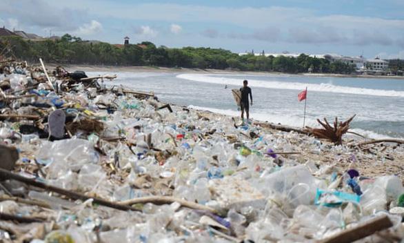 Gần trăm tấn rác thải nhựa ngập ngụa thiên đường du lịch biển Bali - Ảnh 1.