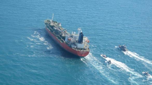 Iran bắt tàu chở hóa chất Hàn Quốc có thuyền viên Việt Nam ở vùng Vịnh - Ảnh 1.