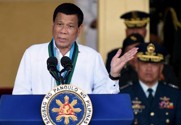 Ông Duterte khen nhóm an ninh tự tiêm vắc xin COVID-19 chưa qua phê duyệt - Ảnh 1.